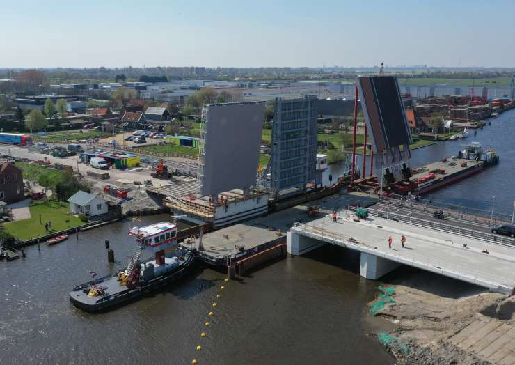 Amalia- en Leeghwaterbrug door de Zaanstreek